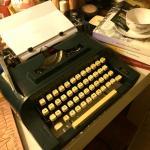 cha-maquina-de-escrever-e-livros